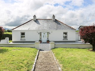 CLUNY LODGE, open plan layout, wood burner, pet friendly, in Castlerea, Ref
