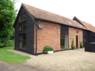 ASH FARM COTTAGE, spacious accommodation, enclosed garden with furniture, pet