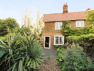 CURLEW COTTAGE, open fire, beach 15 minute walk, Norfolk, ref 954238