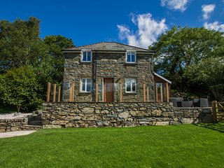 MOELFRE COTTAGE, open plan accommodation, luxury bedrooms, lawned garden with pa
