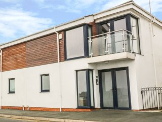 3 MARINA VIEW, views of Pwllheli Marina, open plan, en-suite shower room, Ref
