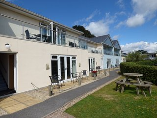 APARTMENT GF02, ground floor, Smart TV, on the Devonshire coast, in Dawlish Warr