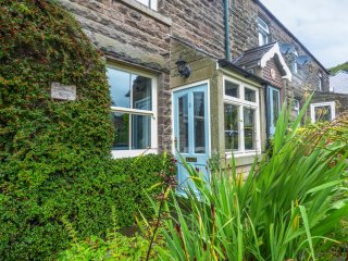 CLOUDBERRY COTTAGE, wood burner, paved garden, quiet location, near Bakewell, Re