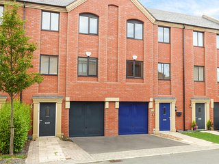 THE BLUE DOOR, 3-storey townhouse, garden, short walk to city centre, Chester