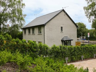 KEEPERS COTTAGE, next to golf course, enclosed garden, WiFi, near Silverdale, Re