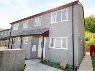 GREAT ORME VIEW, sleeps five, king size, patio, pet friendly, Penmaenmawr, Ref 9