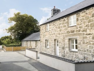 CEFN BRYN MAWR, upside down, good access to amenities, in Criccieth, Ref 952320