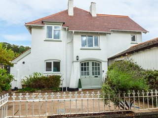 2 MOORLANDS, WIFI, bay windows with views, Victorian building, Ref 952067