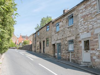 AMBLE COTTAGE, modern accommodation, one pet allowed, Wirksworth, ref 951705