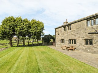 OWD IKES COTTAGE, wood burner, king-size bedrooms, hot tub, countryside views