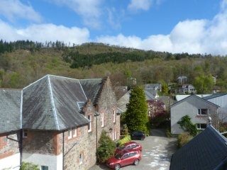 THE CALLANDER APARTMENT, en-suite shower, spacious accommodation, WiFi, town