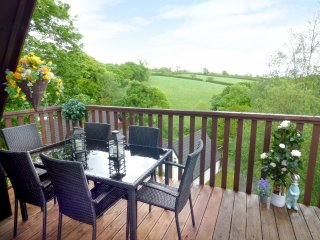 MEADOW VIEW, on-site facilities, en-suite, child-friendly cottage near Gunnislak