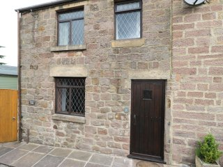SKYVIEW COTTAGE, end-terrace, two bedrooms, pet-friendly, near Wirksworth, Ref
