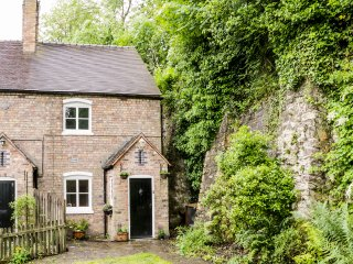 BRIDGE VIEW COTTAGE, beautiful and cosy, WiFi, character, in Ironbridge, Ref. 95