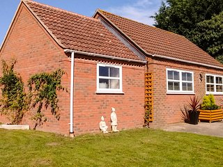 LITTLE LONDON NORFOLK, detached bungalow, king-size bed, enclosed garden, in