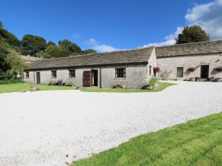 BARN COTTAGE, pet friendly, open plan, ceiling beams, in Wormhill, Ref. 948764