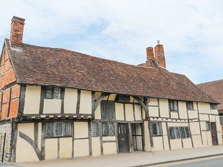 4 MASONS COURT, 15th century, ceiling beams, garden with patio, in Stratford-upo