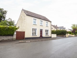 STATION HALL, detached property, enclosed garden, pets welcome, WiFi, in Cilgerr