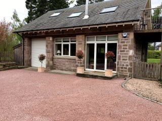 STEWARTS LODGE COTTAGE, detached, en-suite, woodburner, enclosed garden, in Murt