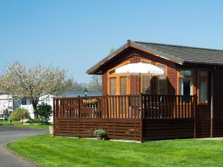 DAISY LODGE, open plan accommodation, decked area with furniture, in Stratford-U