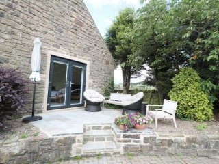 WILLOW COTTAGE, woodburner, shared swimming pool and hot tub, patio area, in Bar