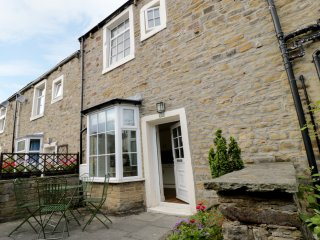 CHERRY TREE COTTAGE, open plan accommodation, three bedrooms, central location