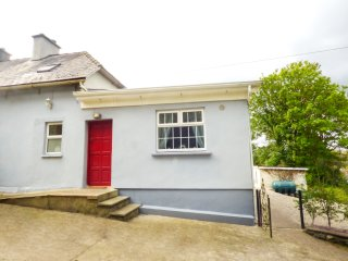 BERRYLANE, semi-detached, pet-friendly, private garden, WiFi, nr Enniscorthy