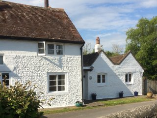 BLYTHE COTTAGE, woodburner, WiFi, pretty garden, in Piddinghoe near Newhaven
