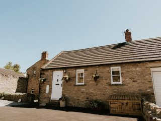 5 YOUNGS YARD, upside down cottage, woodburning stove, pet-friendly, Richmond, R