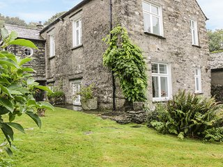 FIELDHEAD COTTAGE, spacious retreat, open fire, traditional interior, garden