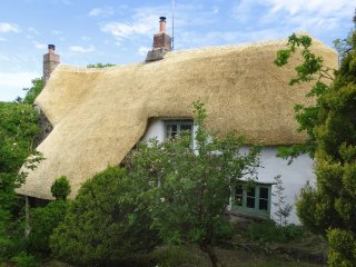HONEYFORD COTTAGE, Grade II listed, thatched, exposed beams, pet-friendly, near