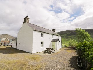 PRESNERB FARMHOUSE, detached cottage, countryside views, pet-friendly, Glen Isla