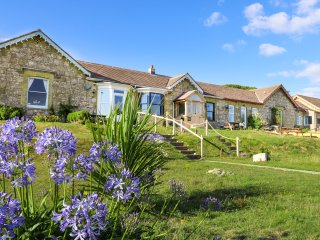 NEEDLES COTTAGE, coastal views, woodburner, Totland, Ref 942245