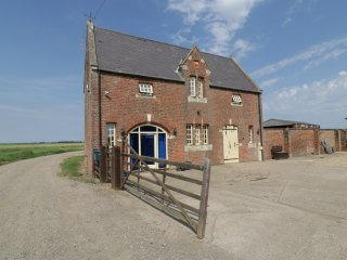 THE COACH HOUSE, open plan living, converted stable, fantastic views, near Swine