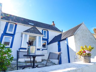 FISHERMAN'S COTTAGE, WiFi, comfortable living, courtyard and parking, in St Ishm