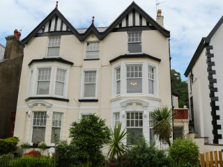 GROUND FLOOR, ground floor apartment, conservatory, close to beach, en-suite bed