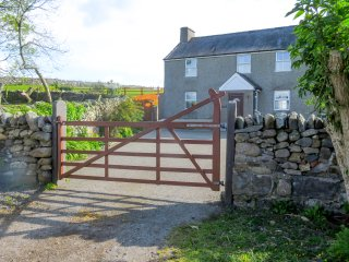HEN DY, detached, woodburner, private enclosed garden, WiFi, nr Pentir, Ref