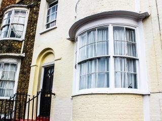 THE WHITE HOUSE, close to beach and amenities, over three floors, in Margate, Re