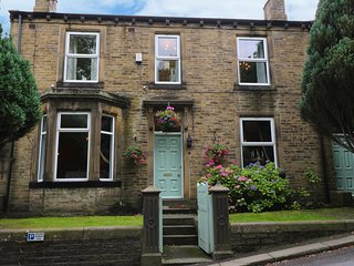 PARK HOUSE, traditional features, 50' Smart TVs, centre of Howarth, Ref 939000