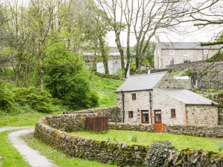THE DELL, detached, countryside views, WiFi, garden, in Winster, Ref 938599