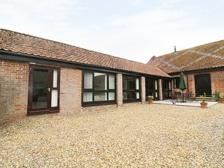 JACKO'S BARN, well-equipped kitchen, dogs welcome, ground floor living, near Har