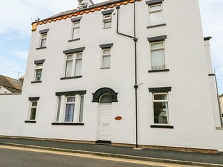 SOUTH CREST, all ground floor, open fire, enclosed courtyard, in Bridlington
