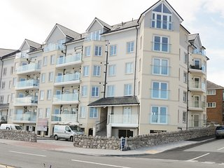 OCEAN VIEW 2 BED APARTMENT, open plan, balcony with sea views, pet-friendly, in