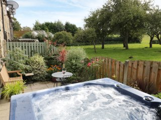 APPLE TREE COTTAGE, wood burner, patio and hot tub, in Forton, Ref. 933177