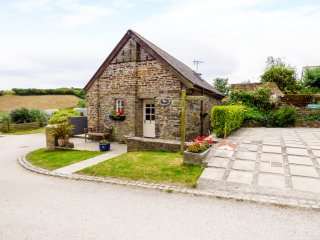 DOVECOTE, barn conversion, off road parking, shared swim spa, in Gorran Haven, R