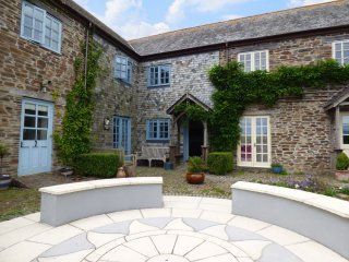 SQUIRRELS DRAY, barn conversion, en-suites, off road parking, shared courtyard