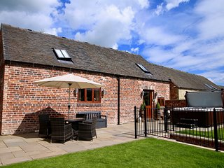 MANOR BARN luxurious barn conversion, en-suite, pet-friendly, garden, Fulford, R