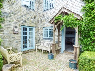 SQUIRRELS DRAY, barn conversion, en-suites, off road parking, shared courtyard w