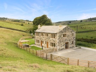 COLDEN WATER, hot tub, patio, six bedrooms, woodburner, countryside, Hebden