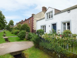 CARWOOD, wood burning stove, spacious bedrooms, garden with patio, in Dufton, Re